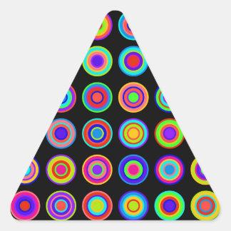 黒い背景のカラフルでサイケデリックな円 三角形シール