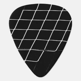 黒い背景のサッカーのバスケットボールの網 ギターピック