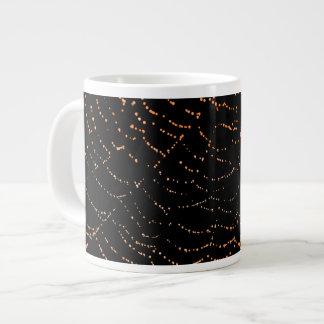 黒い背景のデザインの光沢があるくもの巣のオレンジの露 ジャンボコーヒーマグカップ