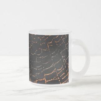 黒い背景のデザインの光沢があるくもの巣のオレンジの露 フロストグラスマグカップ