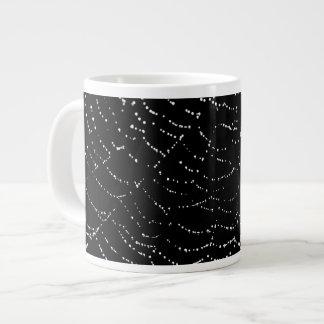 黒い背景のデザインの光沢があるくもの巣の銀の露 ジャンボコーヒーマグカップ