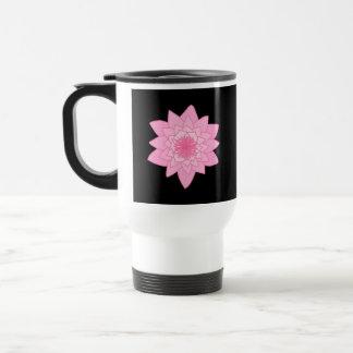 黒い背景のピンクのスイレンの花 トラベルマグ