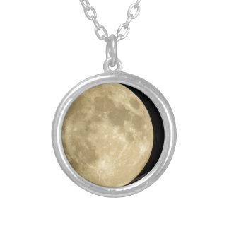 黒い背景の満月 ネックレス