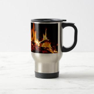 黒い背景の火の炎 トラベルマグ