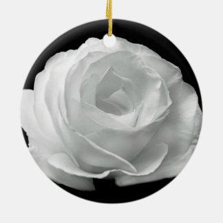 黒い背景の白いバラ セラミックオーナメント