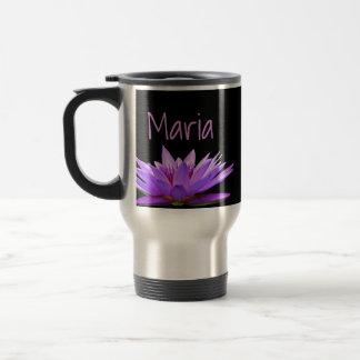 黒い背景の紫色のスイレン トラベルマグ