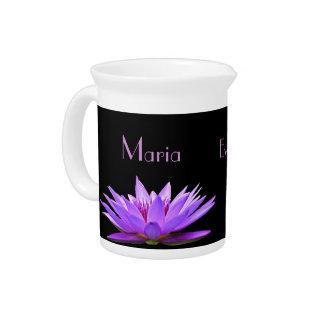 黒い背景の紫色のスイレン ピッチャー