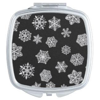 黒い背景の銀製の雪片