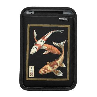 黒い背景の2人の日本人のコイの金魚 iPad MINIスリーブ