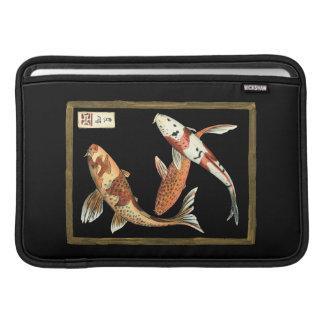 黒い背景の2人の日本人のコイの金魚 MacBook スリーブ