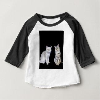 黒い背景の2匹のイギリスの短い髪猫 ベビーTシャツ