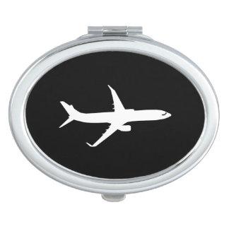 黒い装飾を飛ばす航空機のジェット機はさみ金のシルエット