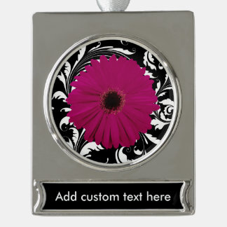 黒い赤紫のピンクのガーベラのデイジーかガーリーな白い渦巻 シルバープレートバナーオーナメント