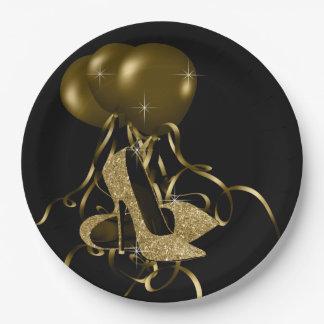 黒い金ゴールドのグリッターのハイヒールは女性の誕生日に蹄鉄を打ちます ペーパープレート