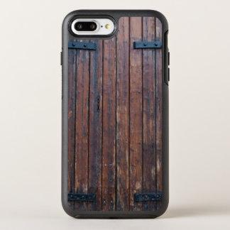 黒い鉄サポートが付いているブラウンの古い木製のドア オッターボックスシンメトリーiPhone 8 PLUS/7 PLUSケース