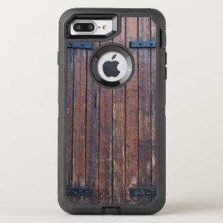 黒い鉄サポートが付いているブラウンの古い木製のドア オッターボックスディフェンダーiPhone 8 PLUS/7 PLUSケース