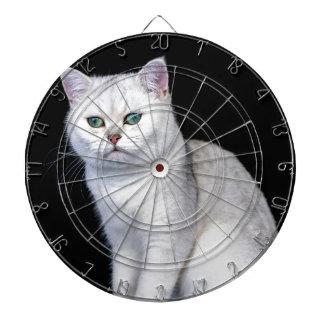 黒い銀によって影で覆われるイギリスの短い髪猫 ダーツボード