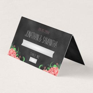 黒い黒板のハイビスカスの花のピンクによって折られるテーブル プレイスカード