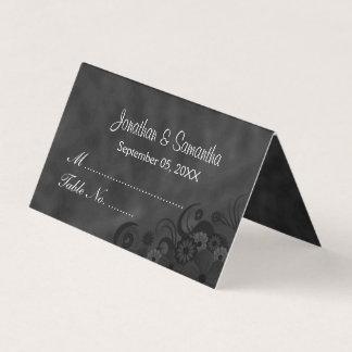 黒い黒板のハイビスカスの花柄によって折られるテーブル プレイスカード