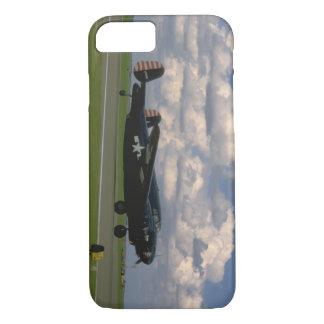黒いB25着陸。 (plane_WWIIの飛行機 iPhone 8/7ケース