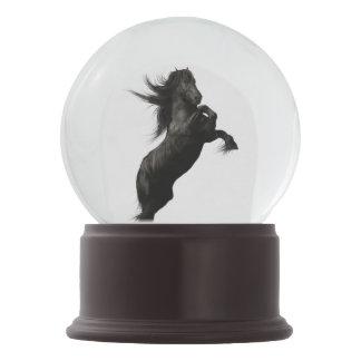 黒いFriesianの馬の雪の地球 スノーグローブ