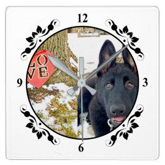 黒いGSDの子犬及び愛ハートの正方形の柱時計 スクエア壁時計
