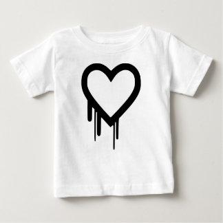 黒いHeartbleedの点滴注入のハート ベビーTシャツ