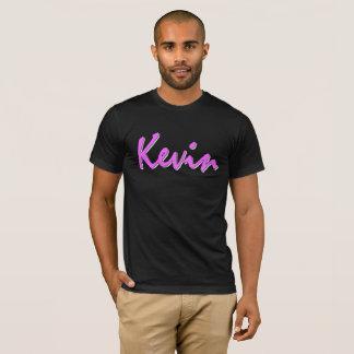 黒いTシャツのケビンのピンクのロゴ Tシャツ
