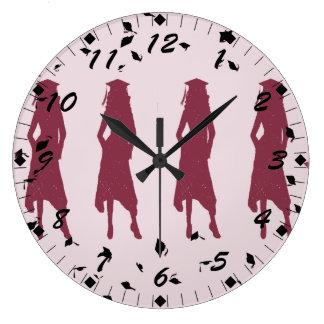 黒およびバーガンディの女性の卒業生のシルエット ラージ壁時計