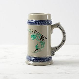 黒およびミントの種族のイルカの入れ墨のデザイン ビールジョッキ