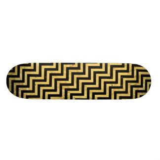 黒および金ゴールドホイルのジグザグ形のストライプなシェブロンパターン スケートボード