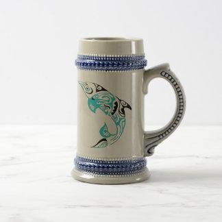 黒およびTurquioseの種族のイルカの入れ墨のデザイン ビールジョッキ