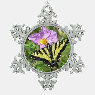 黒くおよび黄色のアゲハチョウの蝶オーナメント スノーフレークピューターオーナメント