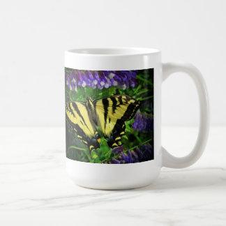 黒くおよび黄色のトラのストライプの蝶 コーヒーマグカップ