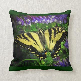 黒くおよび黄色の蝶青の花 クッション