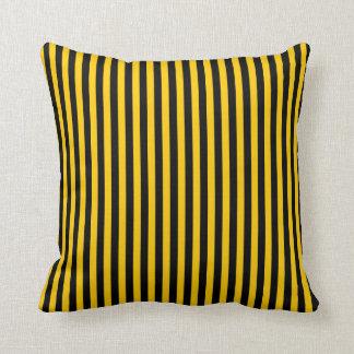 黒くか黄色のストライプによって着色される枕 クッション