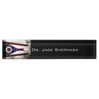 黒くグランジなオハイオ州の州の旗 デスクネームプレート