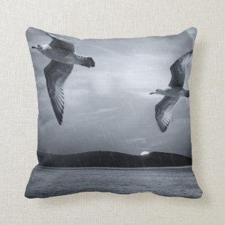 黒く及び白いカモメの日没の装飾用クッション クッション