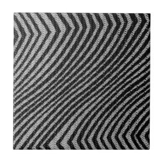 黒く及び白いジグザグパターン タイル