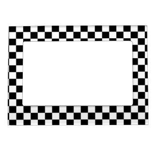 黒く及び白いチェッカーボードの背景 マグネットフレーム