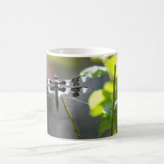 黒く及び白いトンボ コーヒーマグカップ