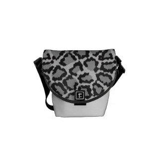 黒く及び白いヒョウのプリントのメッセンジャーバッグ メッセンジャーバッグ
