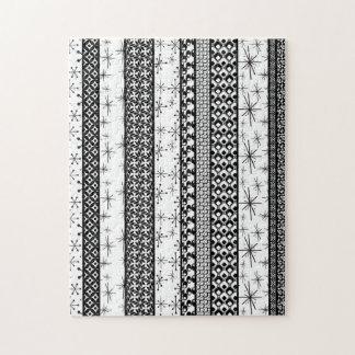 黒く及び白いレトロパターンは1つを縞で飾ります ジグソーパズル