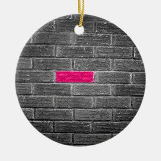 黒く及び白い壁のピンクの煉瓦 セラミックオーナメント