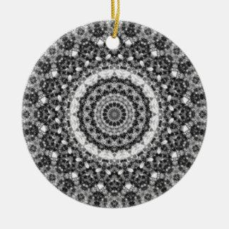 """黒く及び白い""""Snowy入り江""""の曼荼羅の万華鏡のように千変万化するパターン セラミックオーナメント"""