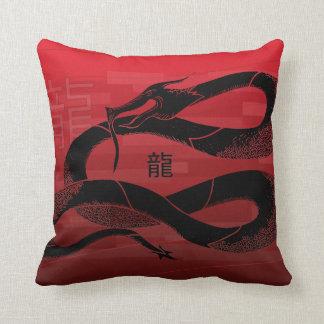 黒く日本のなドラゴンの赤の背景 クッション