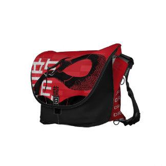 黒く日本のなドラゴンの赤の背景 メッセンジャーバッグ
