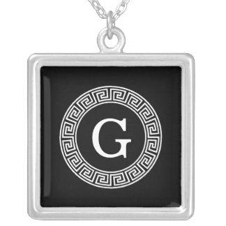 黒く白いギリシャ人の鍵のRndフレームのイニシャルのモノグラム シルバープレートネックレス