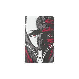 黒く赤い灰色の手を搭載する顔ジャーナルをファスナーを絞める ポケットMoleskineノートブック