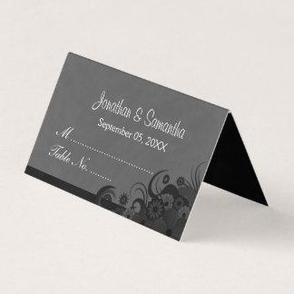 黒く、ダークグレーのハイビスカスの花柄によって折られるテーブル プレイスカード
